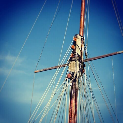 Lines up the mast