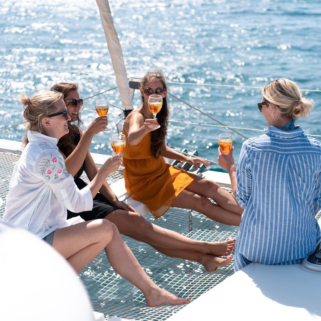 What to pack on a sailinh holiday 4 ladies in light clothes