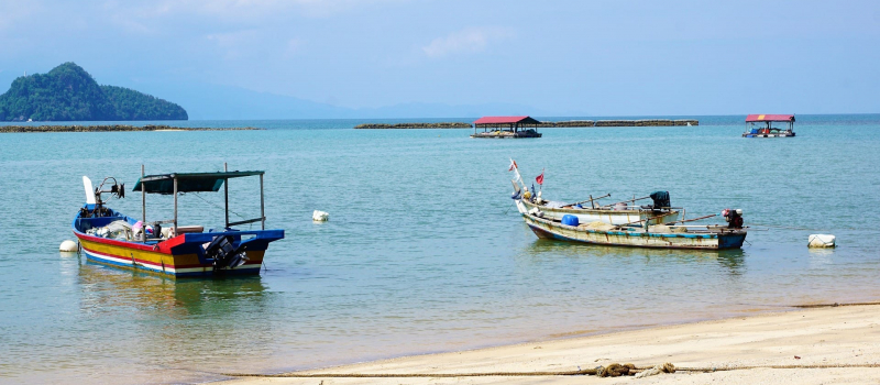 boats and the beach on a Malaysia sailing itinerary